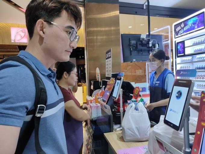 Khách hàng dùng thử nghiệm thanh toán bằng nhận diện gương mặt tại một cửa hàng GS25 ở quận 1, TP HCM. Ảnh: Dỹ Tùng.