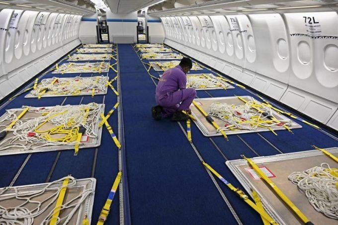Một chiếc Airbus A330 của Sri Lankan Airlines được chuyển thành máy bay chở hàng. Ảnh: AFP