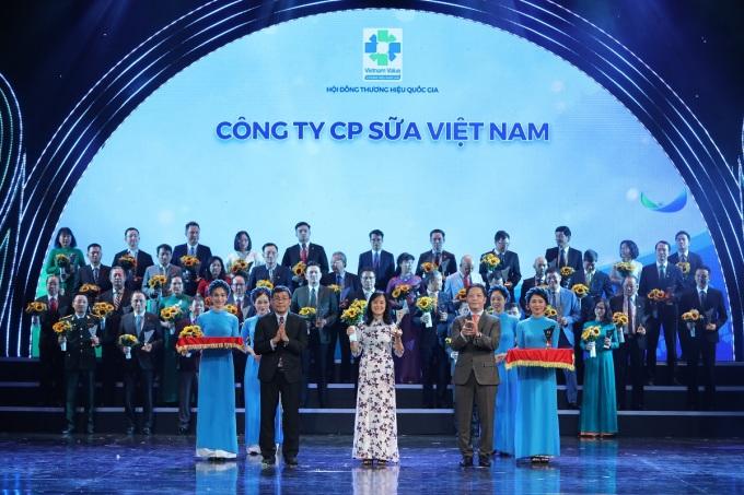 Bà Nguyễn Thị Minh Tâm - Giám đốc Chi nhánh Vinamilk Hà Nội đại diện nhận biểu trưng tại lễ công bố các doanh nghiệp có sản phẩm đạt thương hiệu quốc gia năm 2020 hôm 25/11 tại Hà Nội. Ảnh: Vinamilk.