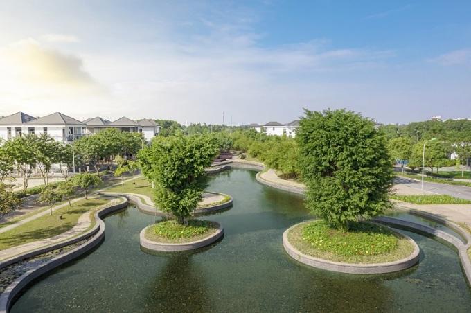 Công viên trung tâm và hồ cảnh quan 2,5ha tại dự án.