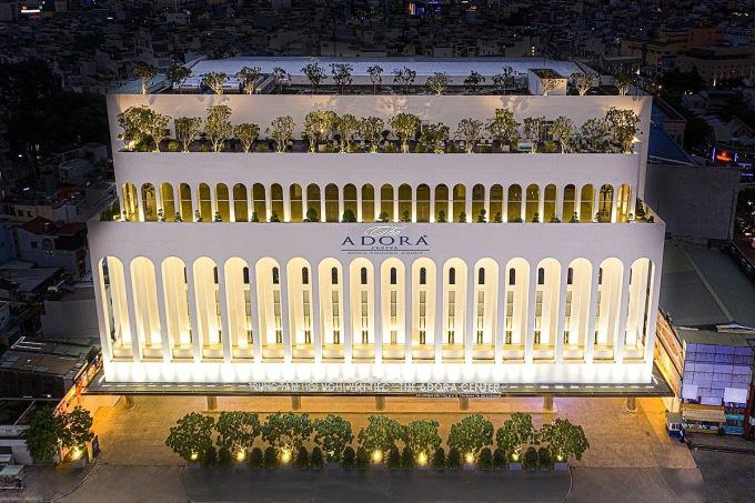 Adora Group với 9 trung tâm hội nghị - yến tiệc tại TP HCM, trong đó The Adora Center tọa lạc tại số 431 Hoàng Văn Thụ, phường 4, quận Tân Bình, TP HCM được chọn là địa điểm phục vụ toàn bộ chương trình nghệ thuật Gánh nhau trong đời, diễn ra hôm 27/11.