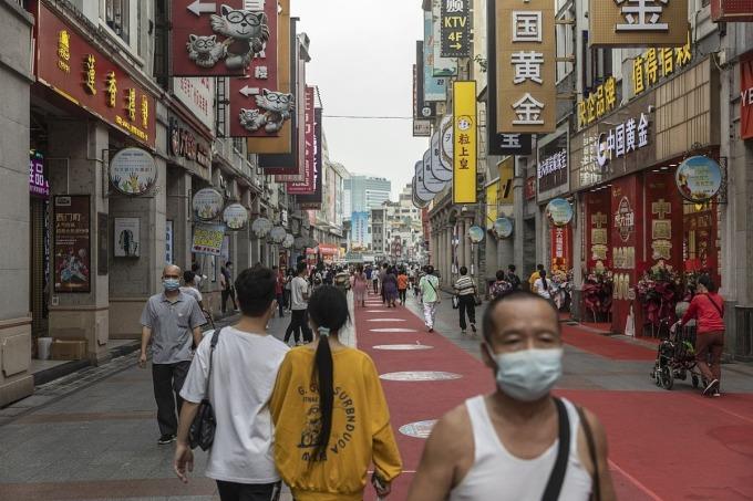 Một con phố mua sắm ở Trung Quốc. Ảnh: Bloomberg.