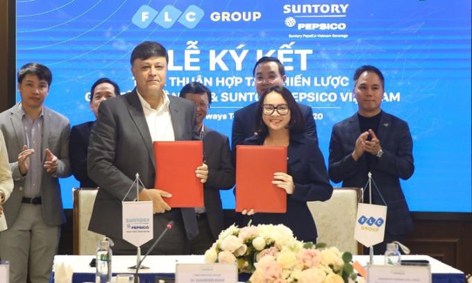Lãnh đạo Tập đoàn FLC (bên phải) và Suntory PepsiCo Vietnam tại lễ ký kết.