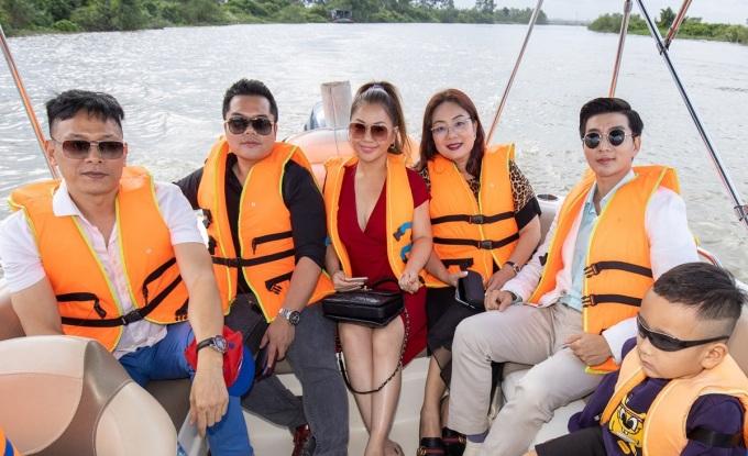 Ca sĩ Minh Tuyết (thứ ba từ trái qua) cùng đạo diễn Ngô Quang Hải (ngoài cùng bên trái)  trải nghiệm đảo Phượng Hoàng.