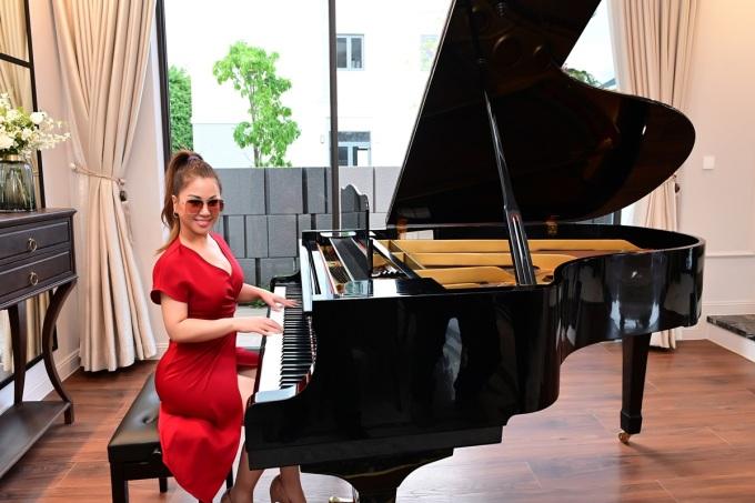 Căn biệt thự có nhiều không gian rộng lớn, các nghệ sĩ có thể đặt piano hay làm phòng thu âm, studio.