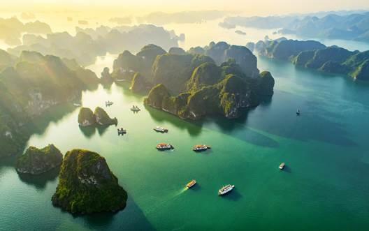Hạ Long là điểm đến hấp dẫn du khách cả nước. Ảnh: Shutterstock.