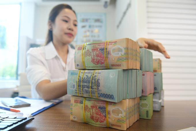 Giao dịch tại một ngân hàng thương mại ở Hà Nội. Ảnh: Giang Huy.