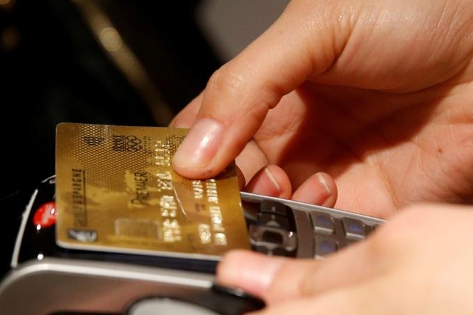 Khách hàng thanh toán bằng thẻ tín dụng tại Paris (Pháp). Ảnh: Reuters