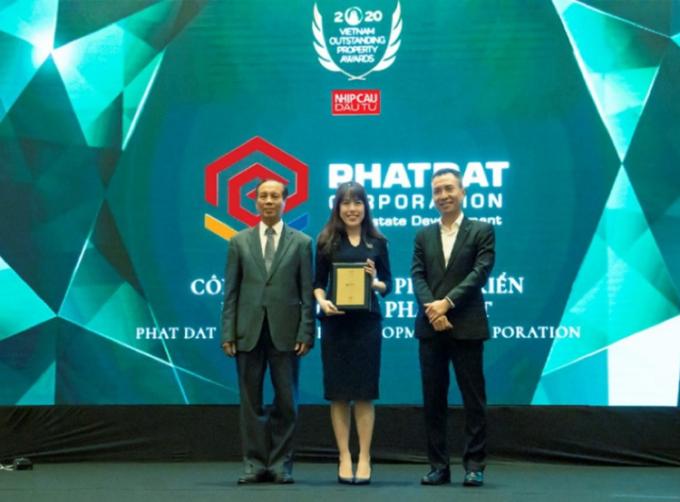 Bà Trần Võ Thùy Ân, Phó giám đốc Tiếp thị và Truyền thông nhận giải thưởng.