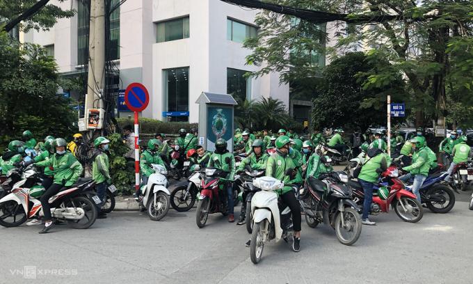 Các tài xế đình công vào đầu giờ chiều 7/12 ở Hà Nội. Ảnh: Anh Tú.