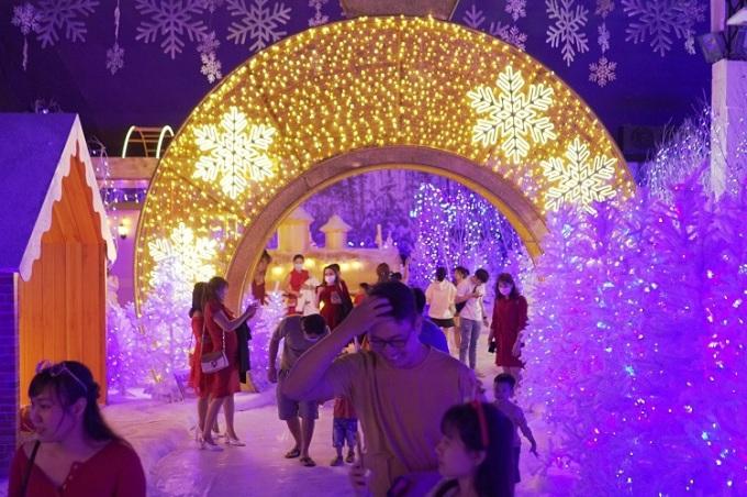 Dòng người tham dự lễ hội mùa đông với không gian 10 độ C.