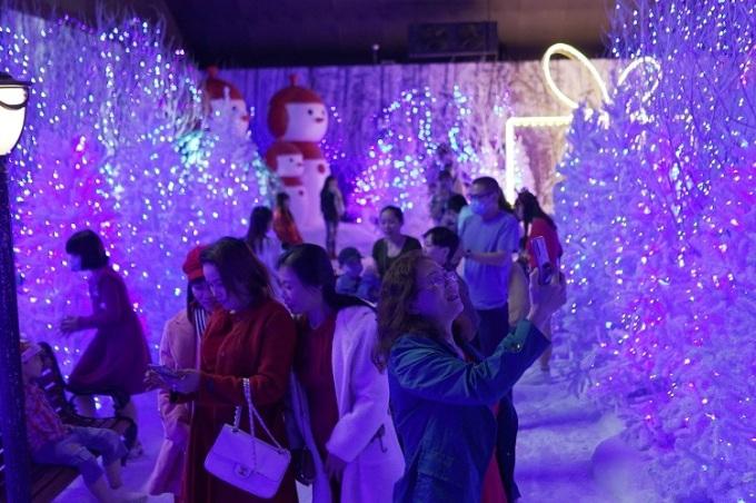 Người dân Sài Gòn tranh thủ chụp lại những khoảnh khắc đẹp trong không gian mới lạ tại Winter Sonata.