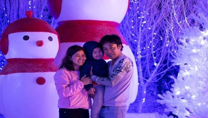 Địa điểm cũng thu hút nhiều gia đình đưa trẻ nhỏ tới vui chơi, khám phá. Nhiều em nhỏ bày tỏ sự yêu thích khi lần đầu tiên trải nghiệm cảnh tuyết rơi, ngắm người tuyết...