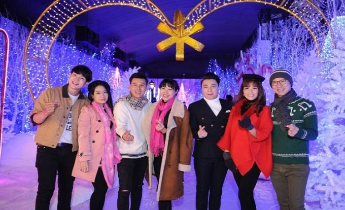 Nhiều nghệ sĩ, người nổi tiếng cũng có mặt tại lễ hội như MC Quỳnh Hoa (áo khoác nâu)
