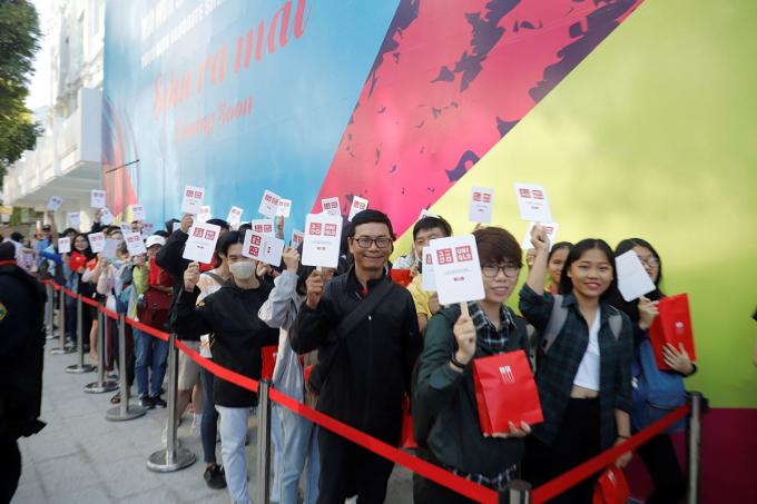 Khách hàng xếp hàng chờ đến lượt mua sắm trong ngày khai trương Uniqlo Đồng Khởi (TP HCM). Ảnh: Uniqlo.