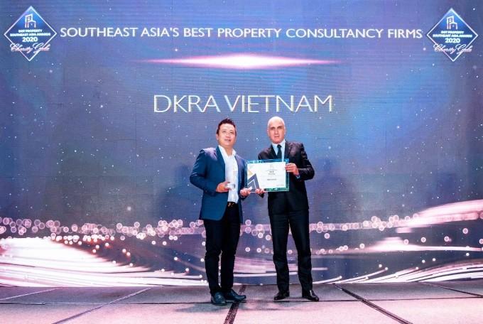 Ông Phạm Lâm - Nhà sáng lập, CEO DKRA Vietnam (trái) đón nhận giải thưởng Đơn vị tư vấn phát triển dự án tốt nhất Đông Nam Á. Ảnh: DKRA Vietnam.