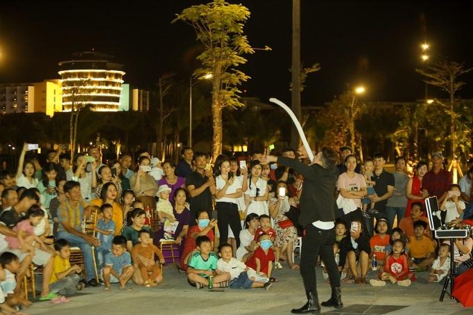 Người dân An Thới hòa mình vào không khí lễ hội cuối năm.