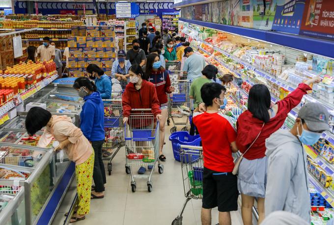 Người dân mua sắm tại siêu thị ở TP HCM. Ảnh: Như Quỳnh.
