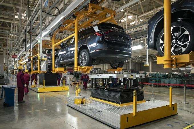 Dây chuyền lắp pin cho xe SUV chạy điện tại một nhà máy ở Hợp Phì, An Huy, Trung Quố ngày 4/12.. Ảnh: Bloomberg