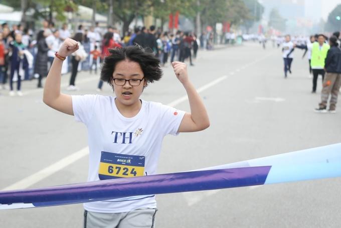 Niềm vui chiến thắng của vận động viên ở hạng mục thi đầu tiên dành cho nữ trung học cơ sở 1,5km.