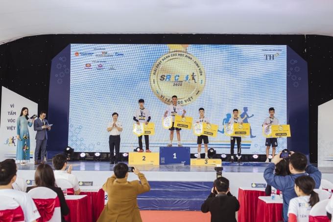 Đại diện Ban tổ chức S-Race 2020 trao giải cho các vận động viên đạt thành tích cao.