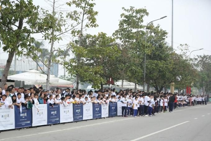 Đông đảo người dân đã đến quảng trường Hồ Chí Minh, thành phố Vinh, Nghệ An để cổ vũ cho S-Race 2020.