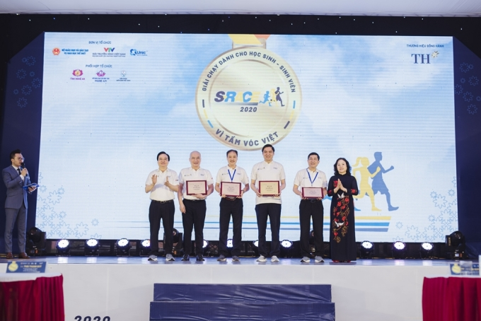 Ông Ngô Minh Hải, chủ tịch HĐQT Tập đoàn TH (thứ hai từ trái sang) nhận kỷ niệm chương của Bộ trưởng Phùng Xuân Nhạ và Thứ trưởng Ngô Thị Minh cho đơn vị phối hợp thực hiện. Trong nhiều năm qua, Tập đoàn TH là một trong những đơn vị tiên phong đồng hành cùng các chương trình phát triển dinh dưỡng, tầm vóc cho thanh thiếu niên Việt Nam.