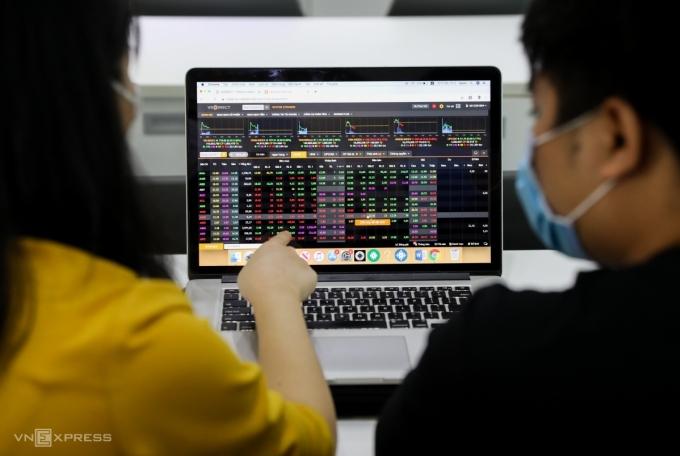 Nhà đầu tư theo dõi bảng giá điện tử tại sàn giao dịch VNDIRECT. Ảnh: Quỳnh Trần.