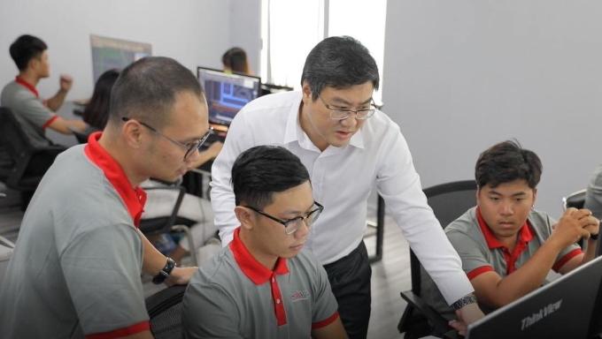 Anh Nguyễn Thu Phong trao đổi công việc cùng nhân viên. Ảnh: Nhân vật cung cấp.