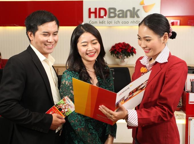 Khách hàng tìm hiểu dịch vụ tại HDBank. Ảnh: HDBank.