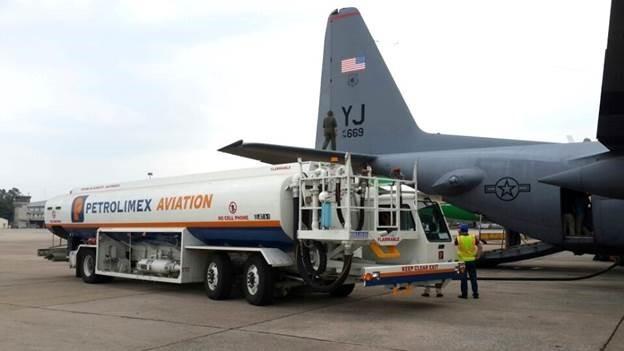 Petrolimex Aviation tiếp nhiên liệu cho Lockheed C-130 Hercules của U.S Air Force tại Nội Bài.