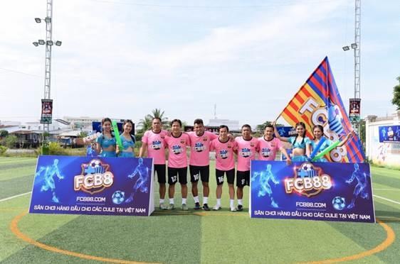 Mới đây, chuỗi sự kiện Siêu hùng tranh đấu còn đến với miền Tây, thu hút sự tham gia của 8 câu lạc bộ bóng đá. Bộ ba cựu tuyển thủ Nguyễn Minh Phương, Nguyễn Vũ Phong, Phan Thanh Bình là những khách mời đặc biệt của chương trình này.