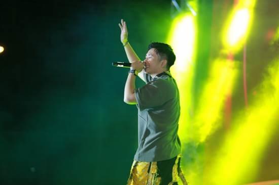 Ricky Star - nam rapper trình diễn ca khúc Anh taxi à anh taxi ơi và bản rap Bắc Kim Thang trên sân khấu Siêu hùng tranh đấu miền Tây.