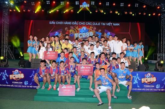 Siêu hùng tranh đấu là chuỗi hành trình xuyên Việt kết nối tất cả các Fanclub yêu bóng đá cả nước và người hâm mộ thể thao tại Việt Nam do FCB88 tài trợ. Sự kiện nhằm tạo ra sân chơi quy tụ các danh thủ và ngôi sao giải trí yêu bóng đá.Đại diện Ban tổ chức cho biết, trong năm 2021, Siêu hùng tranh đấu sẽ tiếp tục mang đến nhiều hoạt động, sân chơi hấp dẫn hơn cho người hâm mộ cả nước.