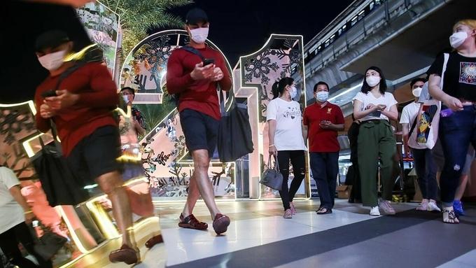 Người dân trong một trung tâm thương mại ở Bangkok hôm 31/12. Ảnh: Reuters