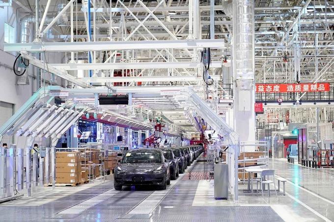Sản xuất mẫu Model 3 tại nhà máy Thượng Hải vào năm 2019. Ảnh: Reuters.