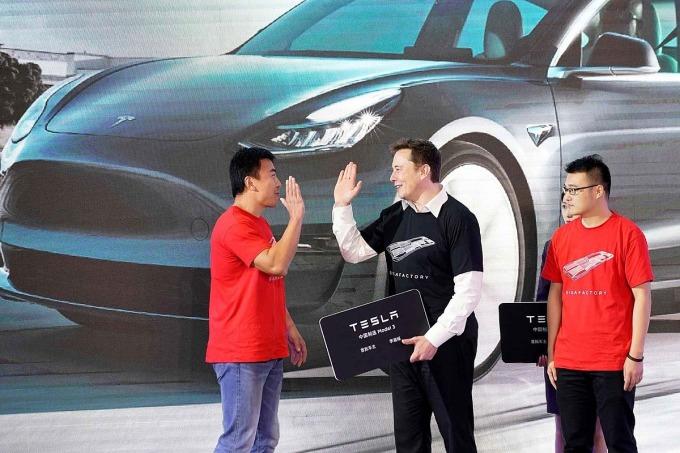 Elon Musk chúc mừng các chủ sở hữu xe Model 3 sản xuất tại Thượng Hải. Ảnh: Reuters.