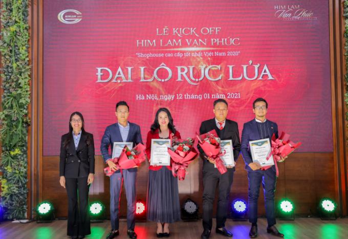 Đại diện Him Lam Land trao chứng nhận phân phối chính thức dự án cho các đơn vị phân phối.