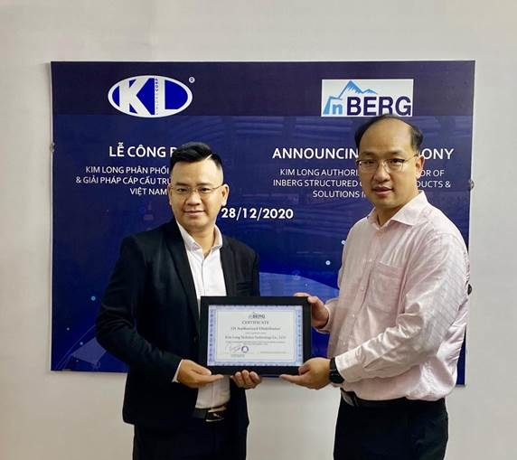 Ông Raymond Leung (phải) - Giám đốc Kinh doanh khu vực châu Á của thương hiệu InBERG trao chứng nhận cho ông Lê Nguyên Khang - đại diện Kim Long Corp - KLC (trái). Ảnh: Kim Long Corp.