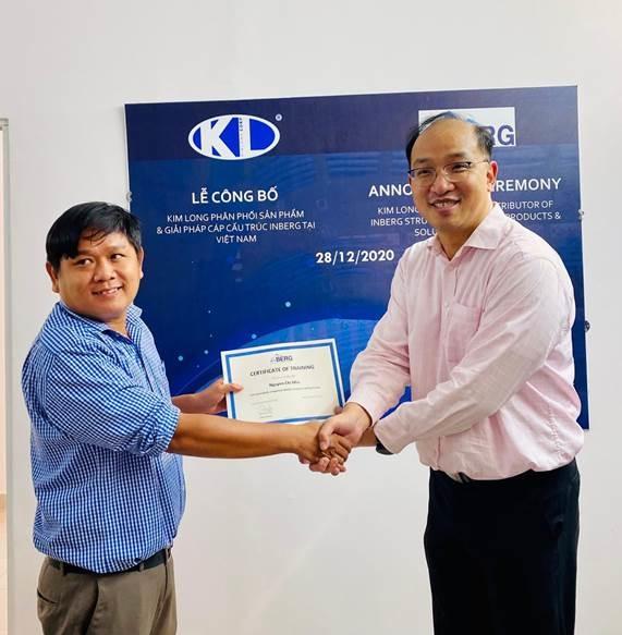Ông Raymond Leung (phải) trao chứng chỉ đối tác thi công uỷ quyền và chứng chỉ hoàn thành khoá đào tạo cho một trong những đại lý ủy quyền của Kim Long Corp - KLC. Ảnh: Kim Long Corp.