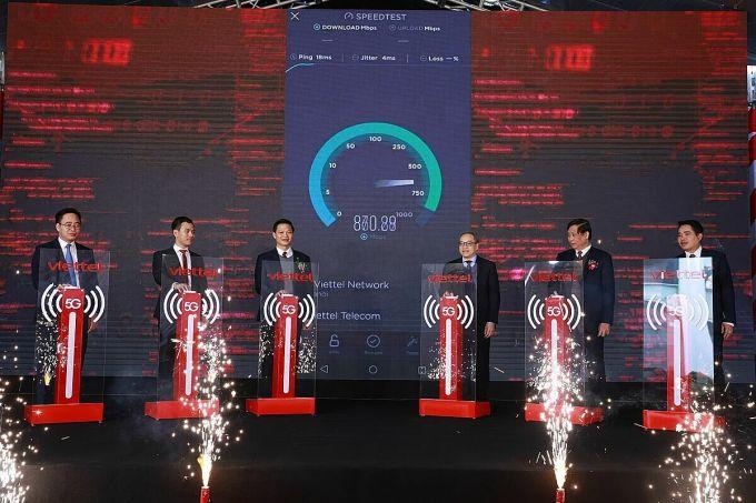 Thứ trưởng Thông tin và Truyền thông Phan Tâm (thứ ba từ phải sang) bấm nút khai trương mạng 5G tại khu công nghiệp Yên Phong I, Bắc Ninh hôm 14/1. Ảnh: Viettel.