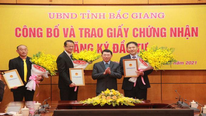 Tổng giám đốc Foxconn Việt Nam Trác Hiến Hồng (người thứ hai từ trái sang) nhận giấy chứng nhận đăng ký đầu tư của tỉnh Bắc Giang. Ảnh: Báo Bắc Giang.