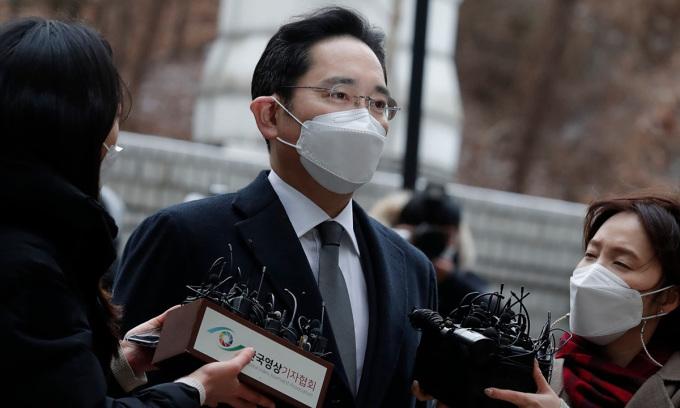 Lee Jae-yong tới tòa án Seoul sáng 18/1. Ảnh: AP