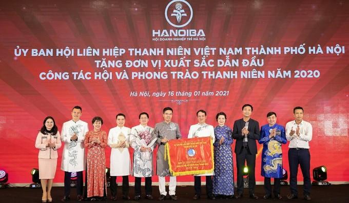 Ban lãnh đạo HanoiBA nhận Cờ xuất sắc của Hội Liên hiệp Thanh niên TP Hà Nội. Ảnh: HanoiBA.