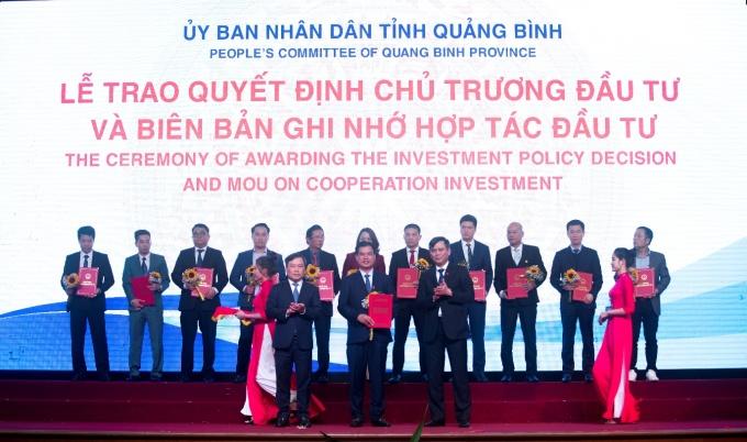 Đại diện Tập đoàn DIC nhận Biên bản ghi nhớ hợp tác cho dự án Khu phức hợp nghỉ dưỡng DIC Star Hotels & Resorts – Sân golf quốc tế DIC Quảng Bình.