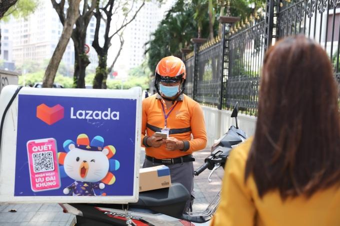 Lazada triển khai nhiều sáng kiến giao hàng  không tiếp xúc đảm bảo an toàn cho nhân viên và người mua trong năm 2020. Ảnh: Lazada Việt Nam.