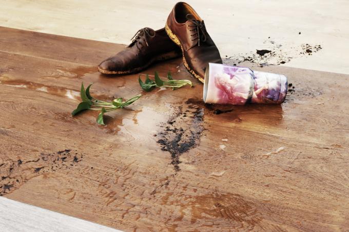 Khả năng chống thấm nước và bám bẩn của sàn gỗ cốt đen DreamLux.