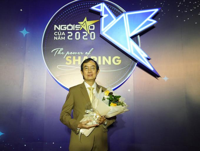 Ông Nguyễn Quốc Hoàng nhận kỷ niệm chương Doanh nghiệp tiên phong vì cộng đồng. Ảnh: Ngọc An