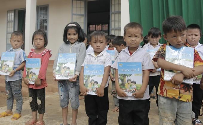 Học sinh khó khăn ở Đak Nông nhận sách giáo khoa trong năm học mới vào tháng 9/2020. Ảnh: Đức Nguyên.
