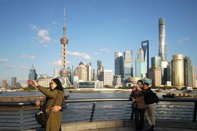 Khách du lịch chụp ảnh tại Thượng Hải vào tháng 11/2020. Ảnh: AP.